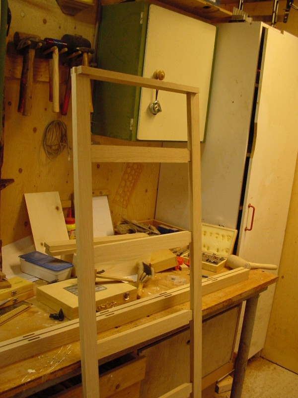 Beeldverslag van het maken van een linnenkast van eikenhout - Planken maken in een kast ...